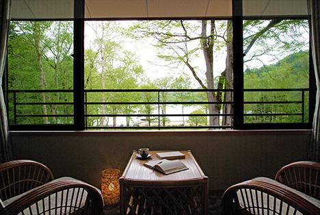 窓からは美しい丸沼の自然が望める